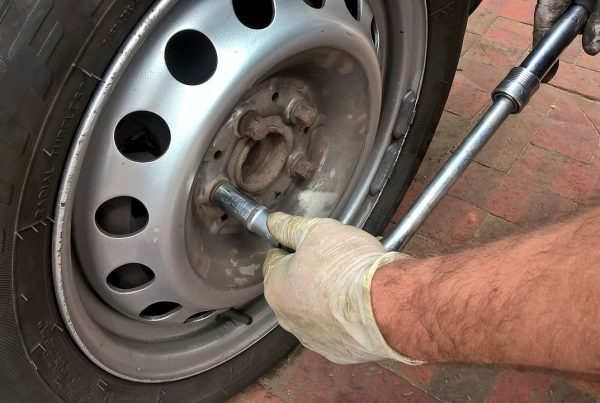 how to change a tyre safely in 15 minutes